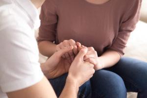 Et par i parterapi som holder hendene til hverandre